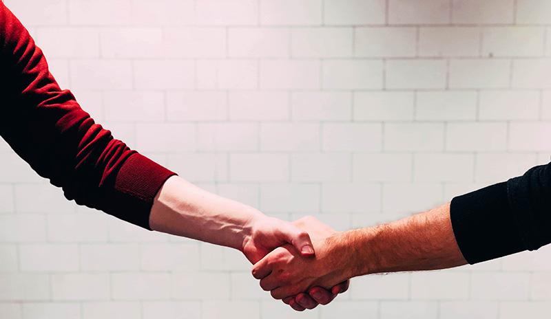 acuerdo trato cercano